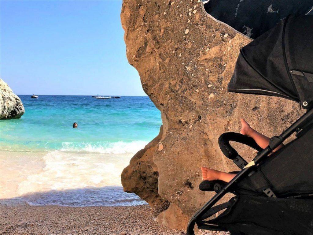 Die Füße meiner Tochter am Strand von Cala Mariolu (Orosei Golf)