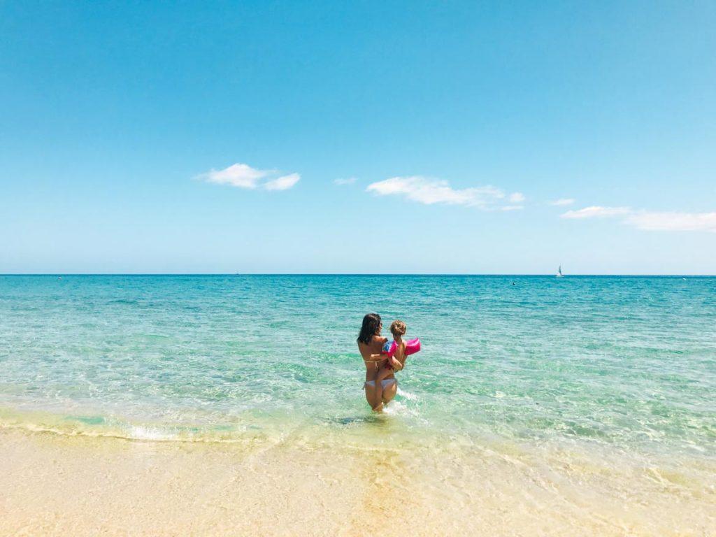 Sardinien Roadtrip: ich und meiner Tochter am Strand Tiliguerta